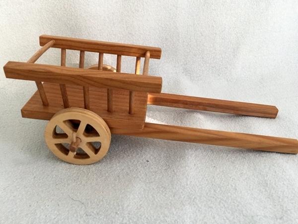 Bild von Wagen aus hellem Holz mit Deichseln für Tier robust gebaut